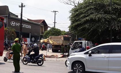 Xe tải rẽ bất ngờ, 2 người phụ nữ chết thảm
