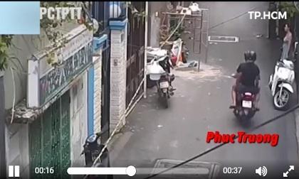 Đang đủng đỉnh đứng ven đường, cô gái bị 2 tên cướp giật túi xách trong chớp mắt