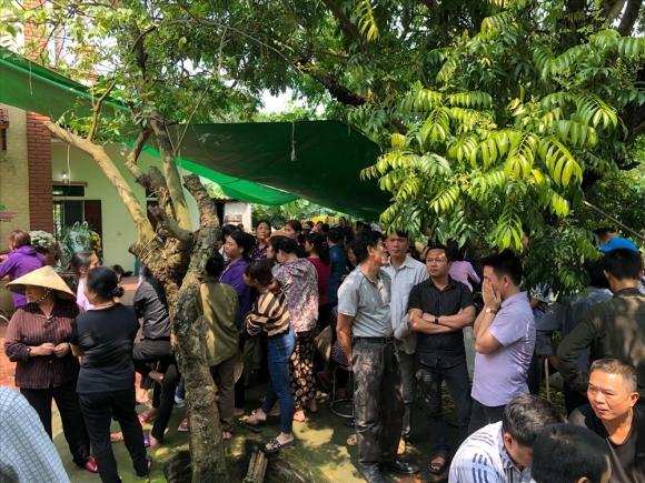 Hàng trăm người dân có mặt tại nhà bé T tại thôn Thường Vũ, xã An Bình, huyện Thuận Thành, Bắc Ninh.