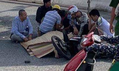 Người cha khóc thét khi thấy con trai tử vong sau tai nạn giao thông