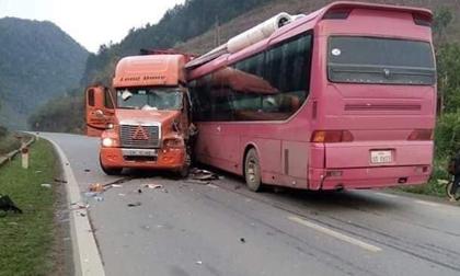 Đầu xe khách nát bét sau cú tông kinh hoàng vào container, hành khách la hét kêu cứu