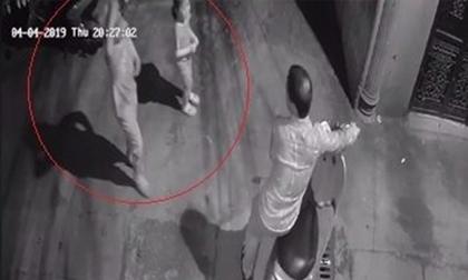 Hà Nội: Truy tìm người đàn ông dụ 2 bé gái vào hẻm tối để dâm ô
