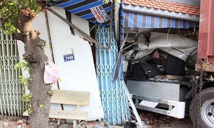 Container tông sập nhà dân, cày nát trụ điện, tài xế thoát chết trong gang tấc
