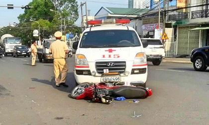 Xe cứu thương vượt đèn đỏ tông xe máy, 2 vợ chồng bị thương nặng