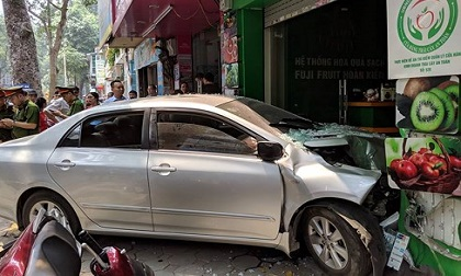 Ô tô lao vào cửa hàng hoa quả trên phố Hà Nội, đầu xe nát bét