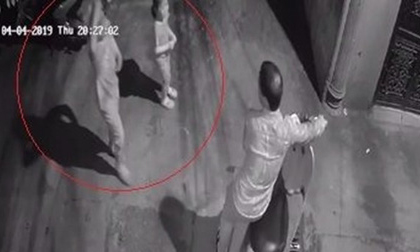 Nghi vấn bé gái bị người đàn ông dâm ô trong hẻm tối ở Hà Nội: Công an vào cuộc trích xuất camera