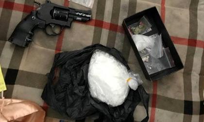 TP.HCM: Bắt đối tượng cộm cán, thu giữ 700g ma túy, súng ngắn và 18 viên đạn