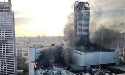 Cháy rực trung tâm mua sắm nổi tiếng ở Bangkok