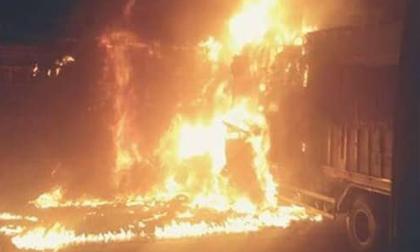 Xe tải tông nhau, bốc cháy dữ dội trên Quốc lộ 1 khiến 2 người chết cháy trong ca-bin