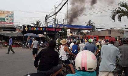 Hàng chục người hiếu kì đứng xem xe bồn bốc cháy bốc cháy ngùn ngụt cạnh cây xăng ở Long An