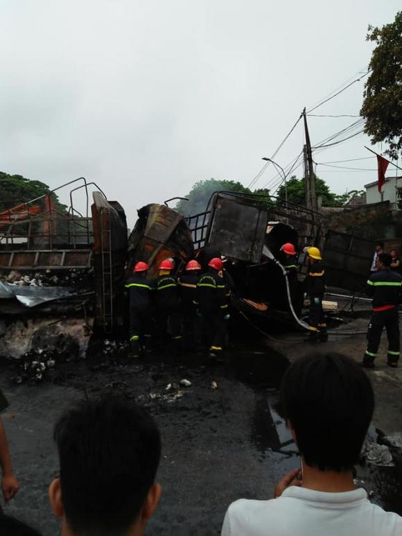Xe tải tông nhau, bốc cháy dữ dội trên Quốc lộ 1 khiến 2 người chết cháy trong ca-bin - Ảnh 1.