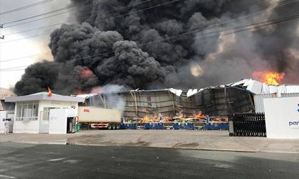 Cháy cực lớn ở khu công nghiệp, cột khói đen khổng lồ bốc cuồn cuộn
