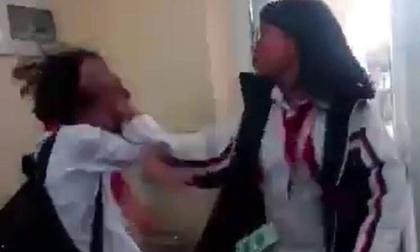 Nữ sinh bị đánh túi bụi trong lớp dưới sự hò reo của bạn bè