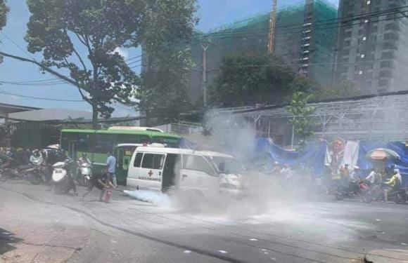 Xe cấp cứu bốc cháy trên phố Sài Gòn - 1