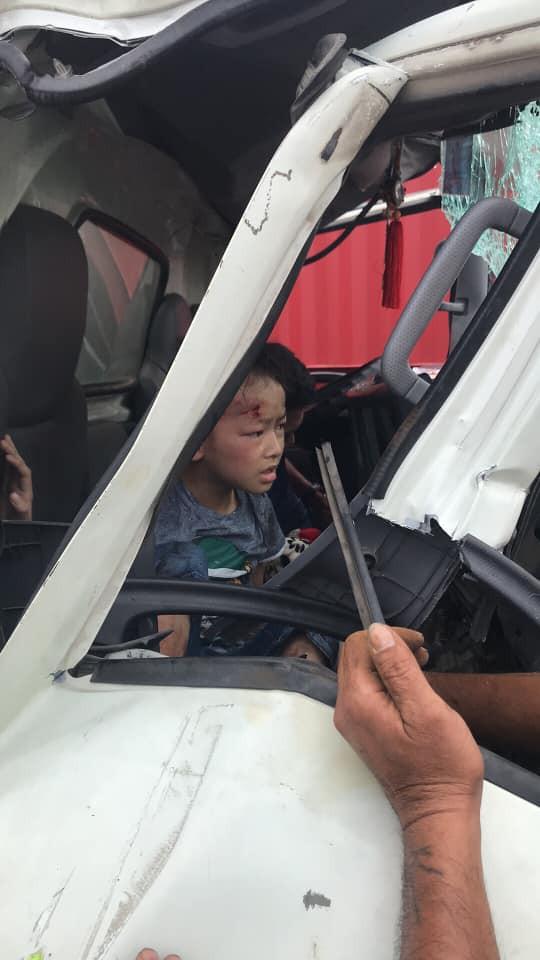 Bé trai bò dậy, sống sót thần kì trong chiếc xe tải bị đâm nát bét, biến dạng sau va chạm với container - Ảnh 2.