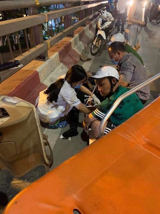 Hà Nội: Nữ tài xế lái ô tô tông một loạt xe máy trên cầu vượt Lotte Kim Mã, 2 người được đưa đi cấp cứu - Ảnh 1.