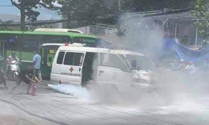 Xe cấp cứu bốc cháy trên phố Sài Gòn
