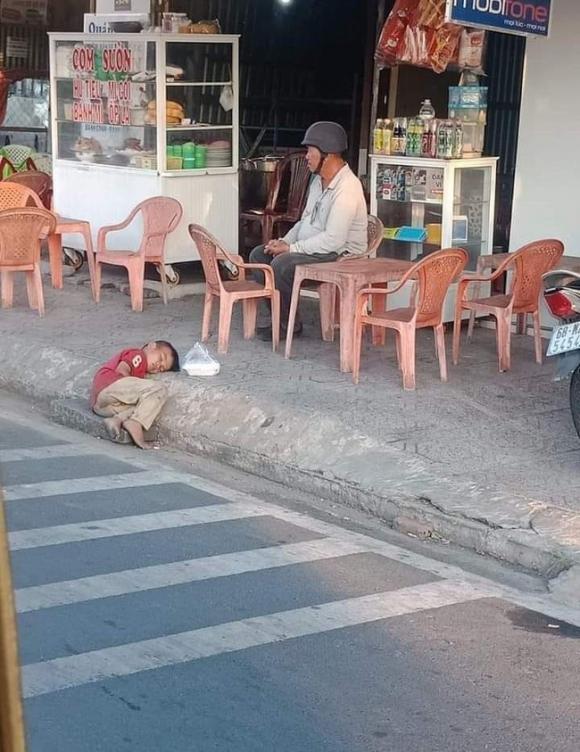 Hình ảnh cậu bé vô gia cư nhỏ tuổi say ngủ như hạt cát bên đường khiến MXH trăn trở