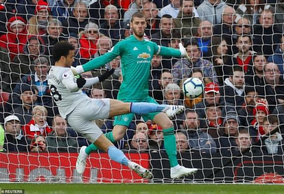 Trăm mối tơ vò, Man United hung hiểm vượt qua West Ham, run rẩy nhìn về phía Barca - Ảnh 1.