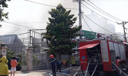 Cháy gara ôtô ở Sài Gòn, 10 chiếc xe bị thiêu rụi