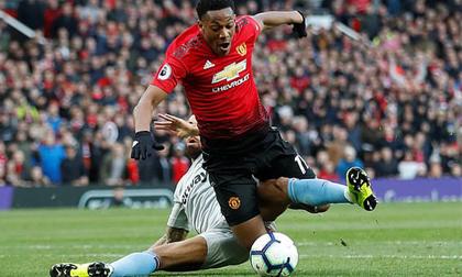 Trăm mối tơ vò, Man United hung hiểm vượt qua West Ham, run rẩy nhìn về phía Barca
