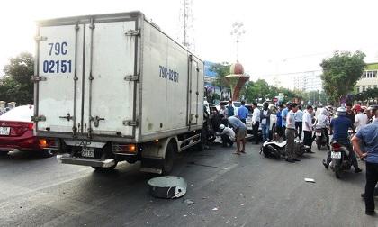 Xe tải lao thẳng vào đoàn xe dừng đèn đỏ, hất văng ô tô, xe máy