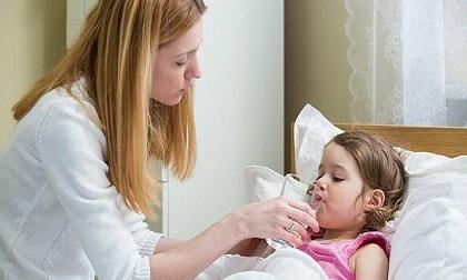Khi trẻ bị sốt, không nên chườm lạnh nếu không muốn nhận hậu quả này