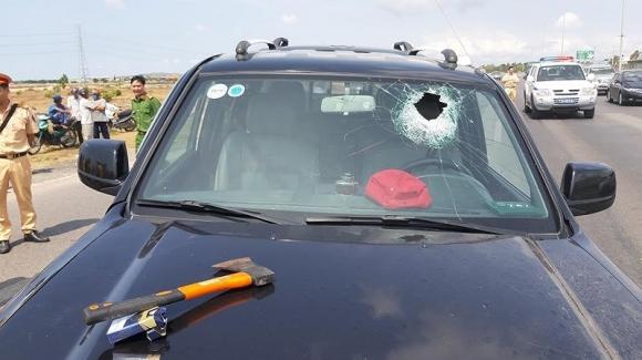 Người bị tài xế xe điên dùng rìu chém vỡ xương nói gì?
