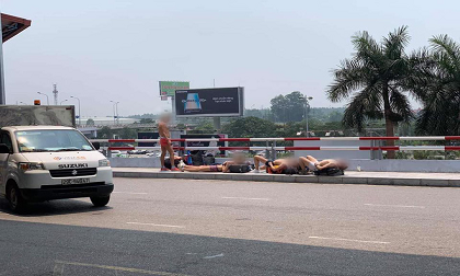'Phát sốt' nhìn 4 du khách nước ngoài cởi trần phơi nắng giữa trưa nóng hơn 40 độ ở Hà Nội