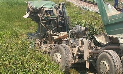 Tàu hỏa tông xe ben 'bay' xa 10 m, tài xế tử vong trong cabin bẹp nát