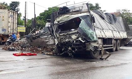2 tài xế mắc kẹt trong cabin sau vụ tai nạn giao thông thảm khốc