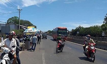 Xe khách cán chết nam sinh lớp 12 ở Bình Thuận rồi bỏ chạy