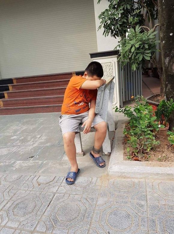 Vì sao bé trai bị xích chân vào ghế đá ở Hà Nội? - 1