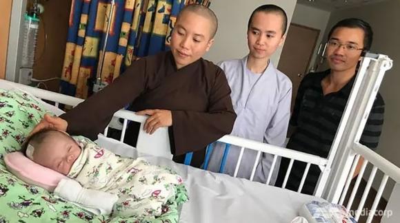 Bé sơ sinh bị vứt bỏ trong túi nilon ở Việt Nam và phép màu xảy ra tại Singapore