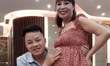 Vừa tuyên bố mang thai, cô dâu 62 tuổi đã lộ bụng to vượt mặt, nói tiết kiệm tiền đi đẻ