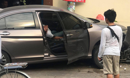 Tài xế nằm sùi bọt mép trong xe sau khi gây tai nạn ở Sài Gòn, nghi 'phê' ma tuý