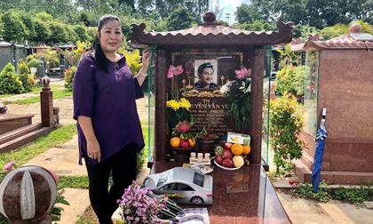 Hồng Vân đến thăm mộ Anh Vũ, kể ước nguyện lúc sinh thời của cố nghệ sĩ