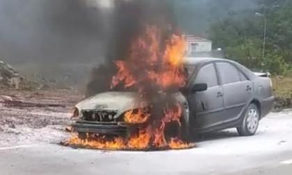Ôtô bốc cháy ngùn ngụt khi đang lưu thông trên Quốc lộ 9