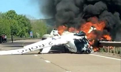 Máy bay va phải đường dây điện, suýt rơi trúng ô tô trên đường