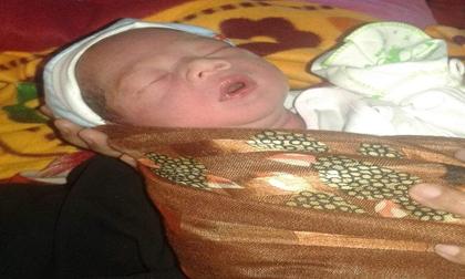 Bé sơ sinh còn nguyên dây rốn bị bỏ trước cổng trạm y tế