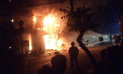 TP.HCM: Cháy kinh hoàng lúc rạng sáng, dân phá mái tôn thoát thân