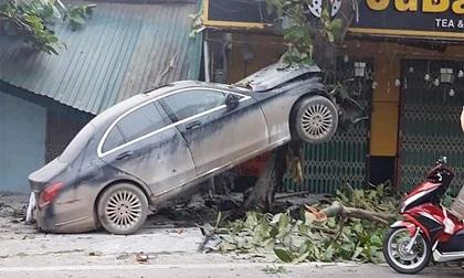 Mất lái, xe ô tô Mercedes 'làm xiếc' trên thân cây bàng