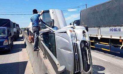 """Xe """"hổ vồ"""" hất văng xe 7 chỗ trên QL1A, 3 người thoát chết trong gang tấc"""