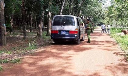 Vụ 2 xác người trong thùng bê tông: Cảnh sát lật từng mảng lá khô trong rừng cao su tìm dấu vết