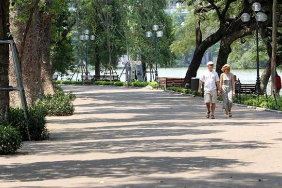 Hà Nội gần 60 độ nóng như đổ lửa, phố đi bộ vắng hơn ngày Tết - 8