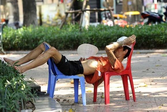 Hà Nội gần 60 độ nóng như đổ lửa, phố đi bộ vắng hơn ngày Tết - 11
