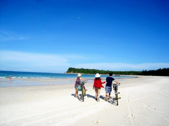 Đến Quảng Ninh đừng lỡ hẹn Quan Lạn với bãi cát như dải lụa hồng - 4