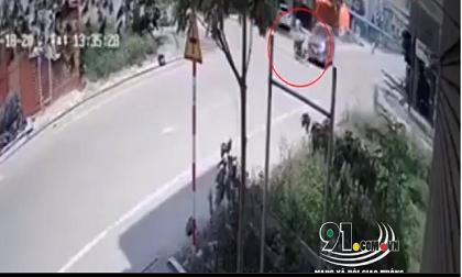 Video: Khoảnh khắc chủ xe máy bất cẩn bị ô tô đâm văng hàng chục mét