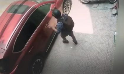 Thanh niên bịt mặt đập kính ôtô, trộm đồ trong tích tắc ở Hà Nội