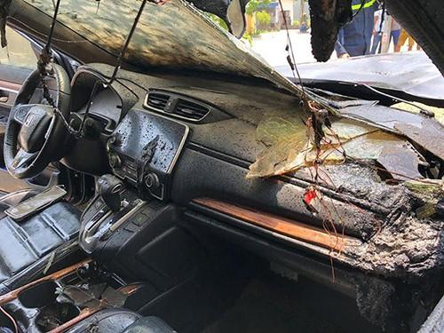 Cháy lan vào trong cabin nhưng các vật dụng trong cốp nhỏ bên ghế phụ không bị ảnh hưởng.